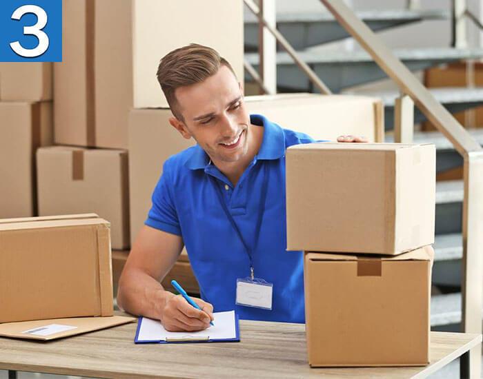 Работник почты делает опись посылок