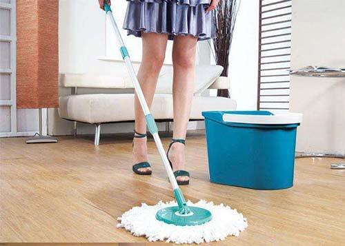 Девушка стоя моет пол шваброй с набора Clean Pro 360