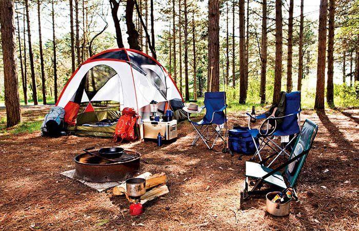 Лес, палатка, стулья, мангал