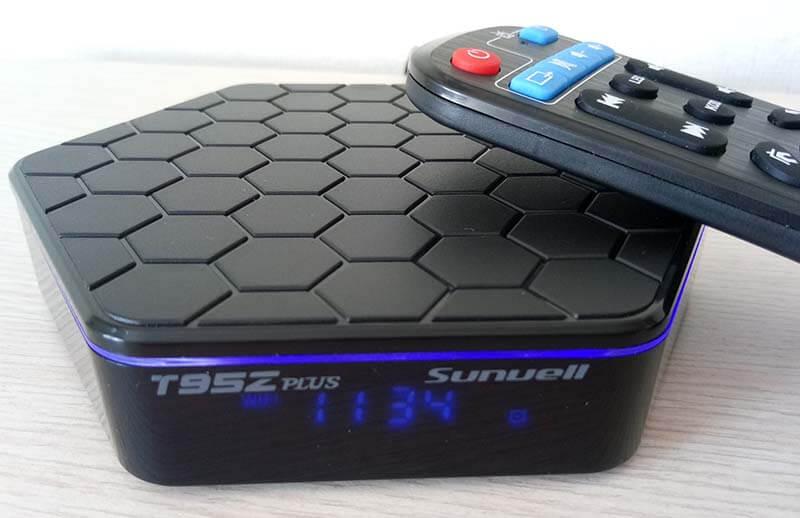 ТВ приставка Sunvell T95Z Plus с включенным передним дисплеем и пультом от неё