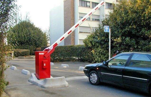 Автомобиль проезжает через автоматический шлагбаум
