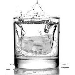 стакан с водой в который были опущены виниры для зубов