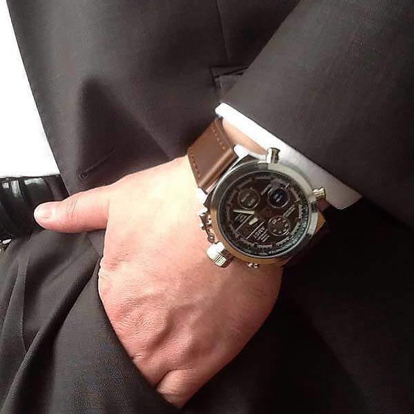 Часы Amst на руке у мужчины в костюме
