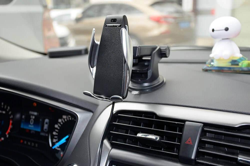Smart Sensor Wireless Charger установленный на передней панели авто