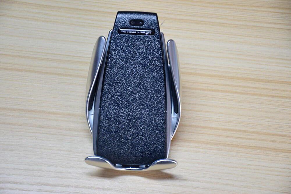 Smart Sensor Wireless Charger лежит на деревянном столе