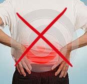 Мужчина держится за поясницу из-за боли в спине