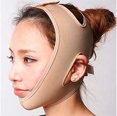 Азиатская девушка показывает, как на ней сидит маска-бандаж