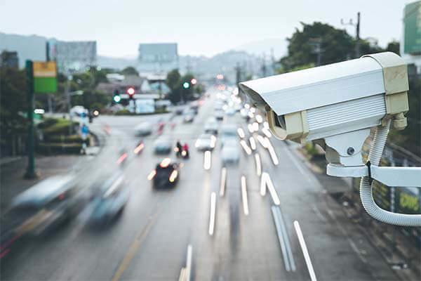 Дорожная магистраль и видеокамера слежения за скоростью