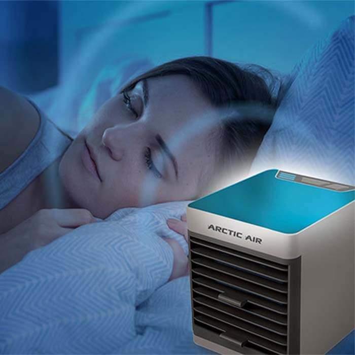 Девушка спит, возле нее работает кондиционер Arctic Air Ultra