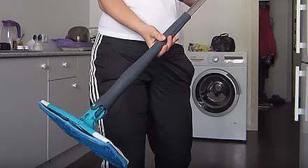 Девушка на кухне с шваброй Titan Twist Mop