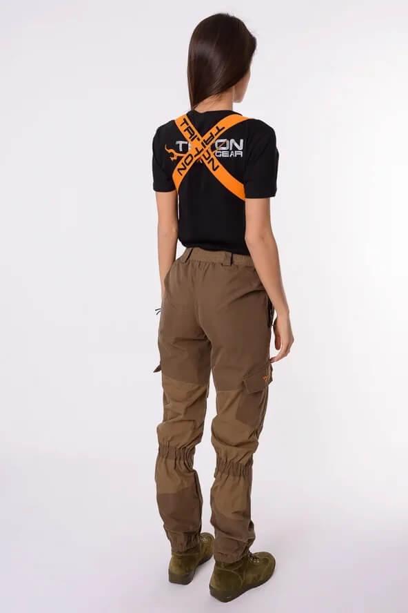 Женский костюм Горка девушка в брюках от костюма. Вид сзади