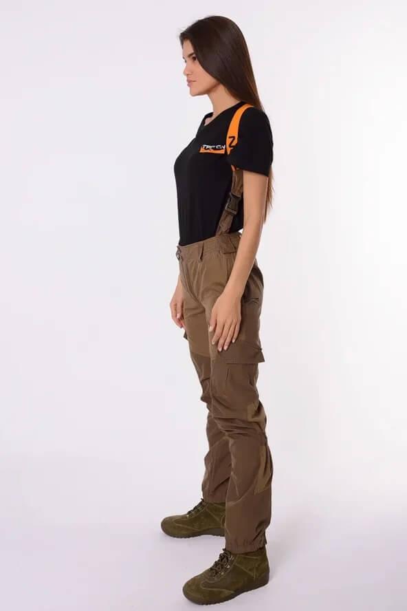 Женский костюм Горка девушка в брюках от костюма. Вид сбоку