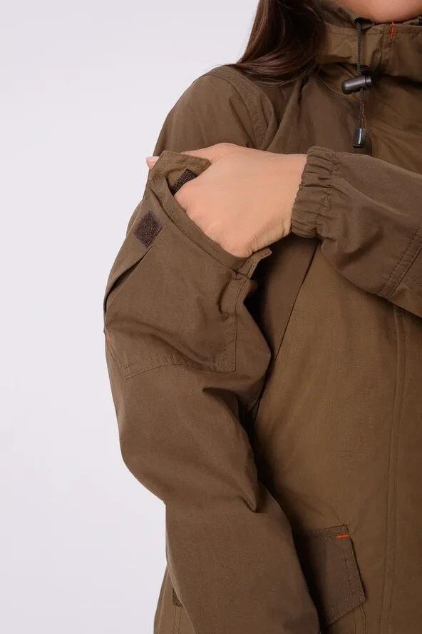 Женский костюм Горка на куртке имеет множество карманов на куртке – 6 штук.