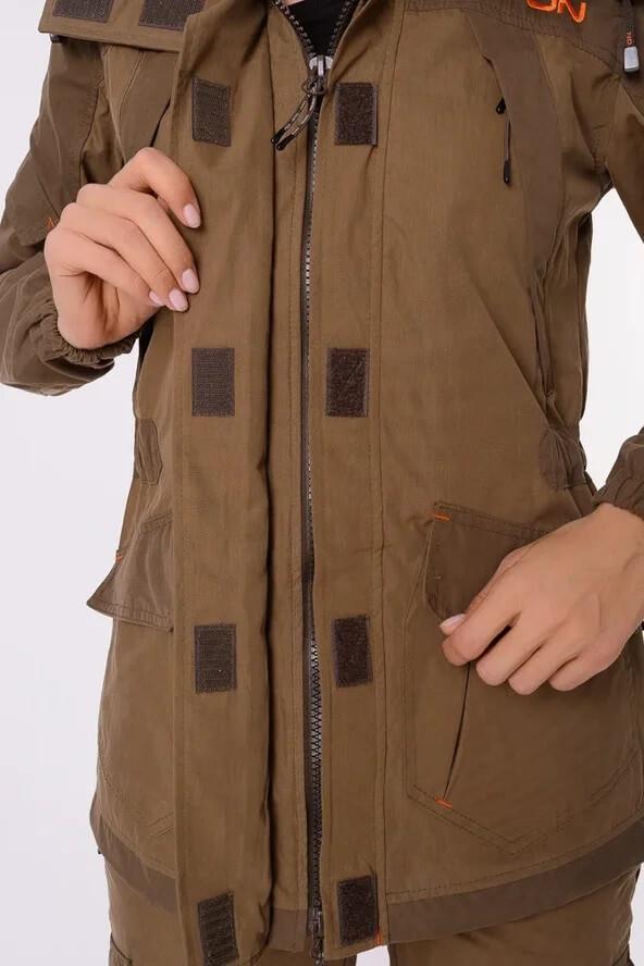 Женский костюм Горка на куртке имеет двухзамковую молнию