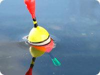 Поплавок в воде, желтый с красным маяком